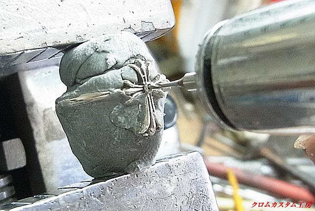 彫刻台にセットして、センターダイヤの下穴を開けます。
