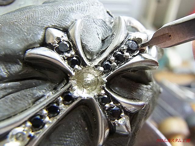 毛彫りタガネで爪を起こします。