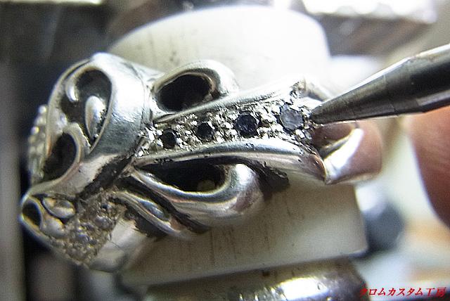 ブラックダイヤを乗せてタガネで固定して、ナナコタガネで爪を丸めます。