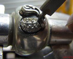 ダイヤを乗せてタガネで固定します。