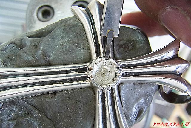 爪と爪の間のシルバーをタガネで削り取ってモチーフを均一にします。