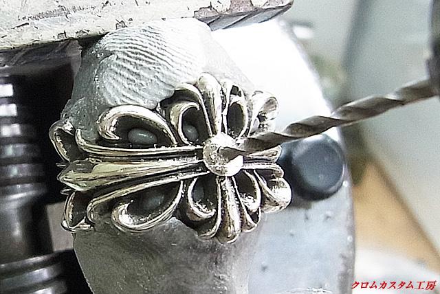 中央の突起を削り取り、中央部分に下穴を開けます。