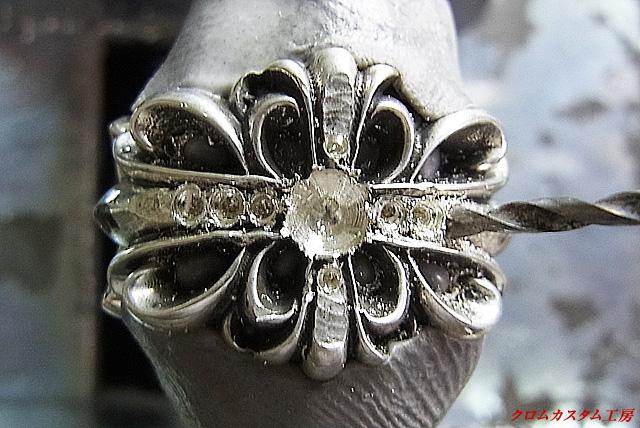 セットするダイヤモンドと同じ直径のドリルで削ってテーブル面が一直線になるように調整します。