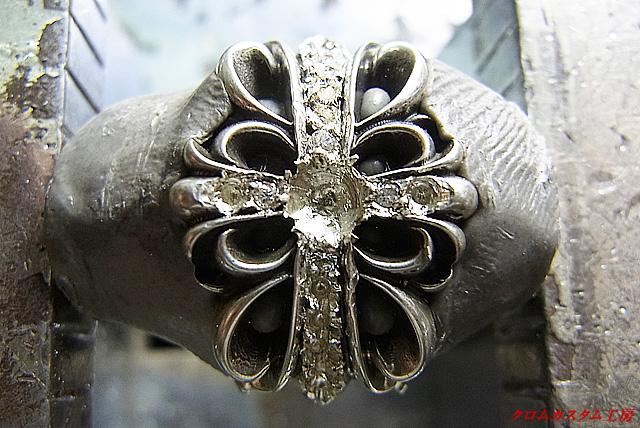 ダイヤを乗せて、タガネで固定してきます。