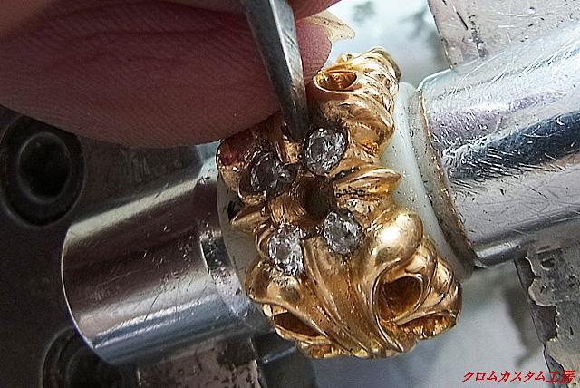次に、タガネでダイヤモンドを固定していきます。
