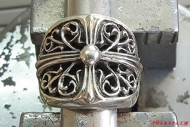 まず、指輪を彫刻台にセットします。
