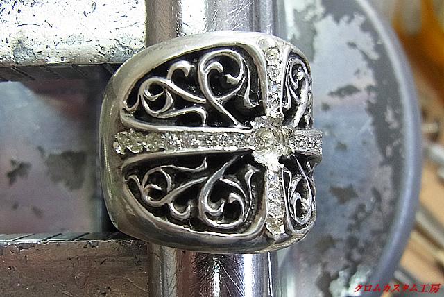 宝石を乗せて、タガネで固定していきます。