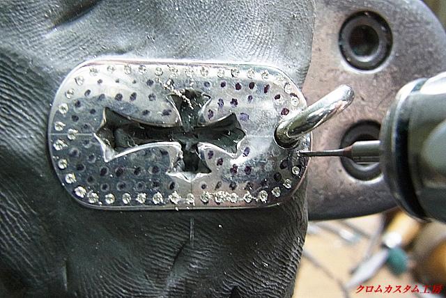 油性のマジックで、ダイヤを入れる部分にしるしを付けます。 それから、宝石よりも直径の小さいドリルで下穴を開けます。