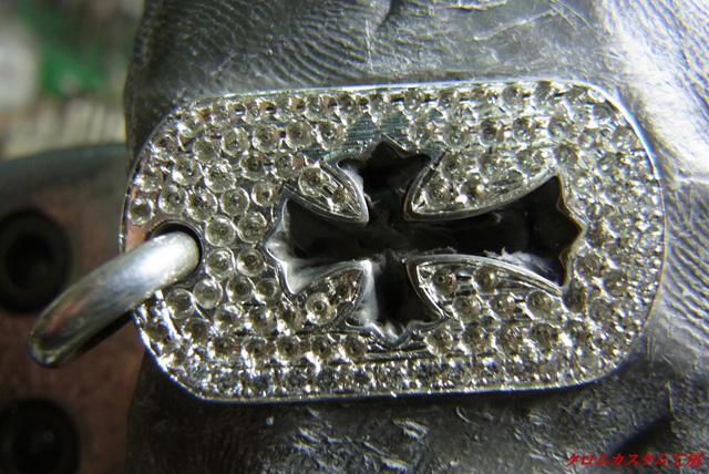 ダイヤをのせて、タガネで固定します。