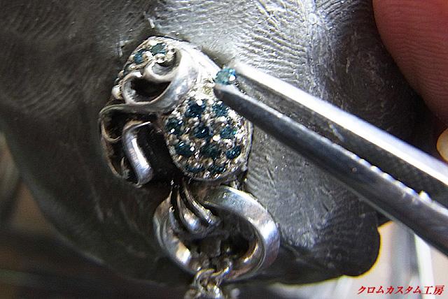 ピンセットでブルーダイヤを乗せます。
