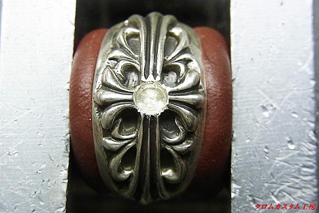 中央部の突起を切り取り、宝石と同じ直径のドリルで削ります。