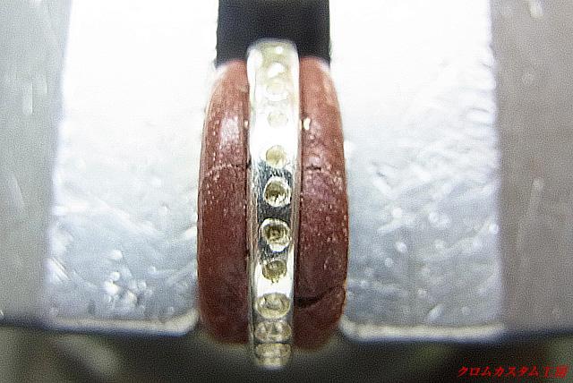 ペリドットより直径の小さいドリルで下穴を開けます。