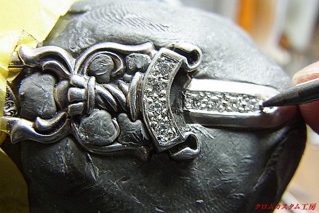 ダイヤを乗せて、ナナコタガネで、爪を丸めて引っかからないようにします。 あとは、彫刻台から外して、イブシを入れて完成です。
