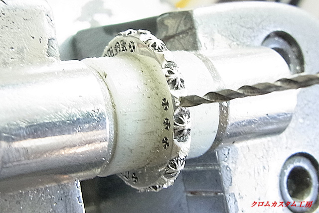 宝石と同じ直径のドリルで、削って石合わせをします。
