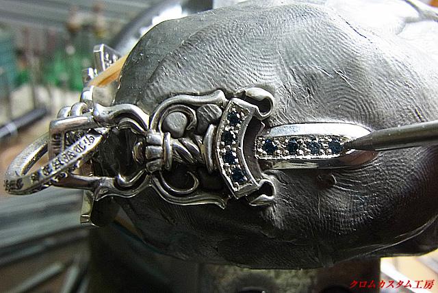 宝石を乗せて、爪をナナコタガネで引っかからないように丸めます。