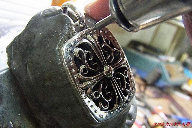 ダイヤの直径よりも細いドリルを、リューターにセットして下穴を空けます。