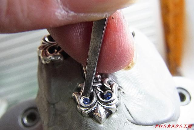タガネでシルバーの部分を叩いてサファイヤを固定します。