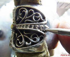 ナナコタガネで、爪を丸めます。