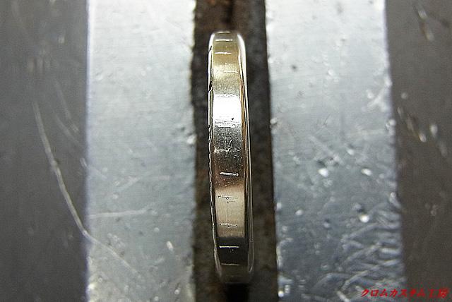 まず、女性用の指輪を彫刻台に固定して、けがきコンパスで石の中央部分に印を付けます。