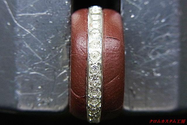 ダイヤを乗せて、タガネで固定していきます。