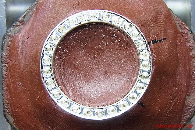 ブラックダイヤと同じ直径のドリルで石合わせをして、枠取りをします。