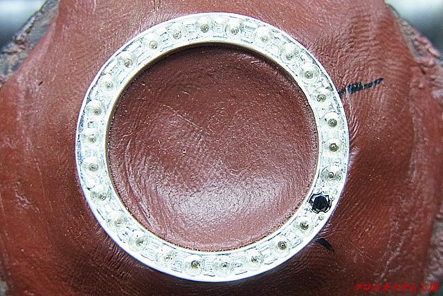 宝石を乗せて、タガネで固定します。