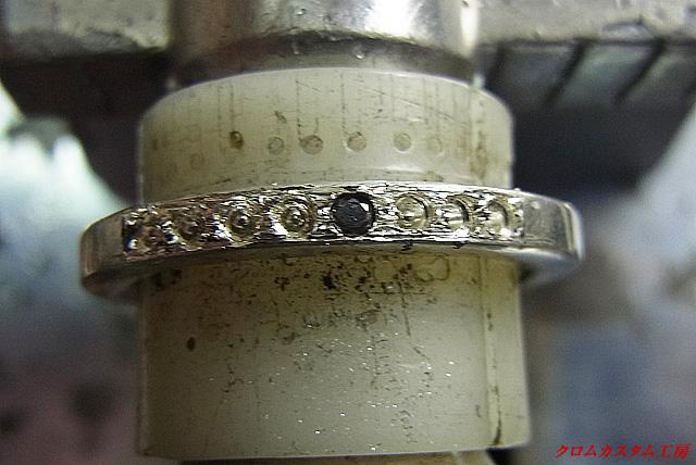 ブラックダイヤをセットしていきます。