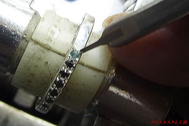 タガネで宝石を固定します。