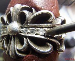 ナナコタガネで、爪を丸めて固定します。