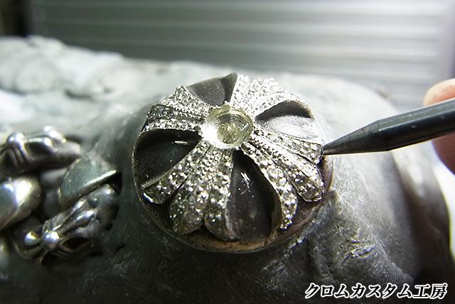 宝石を乗せて、ナナコタガネで爪を丸めます。