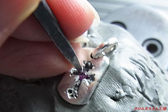 タガネで銀の部分を叩いて固定します。