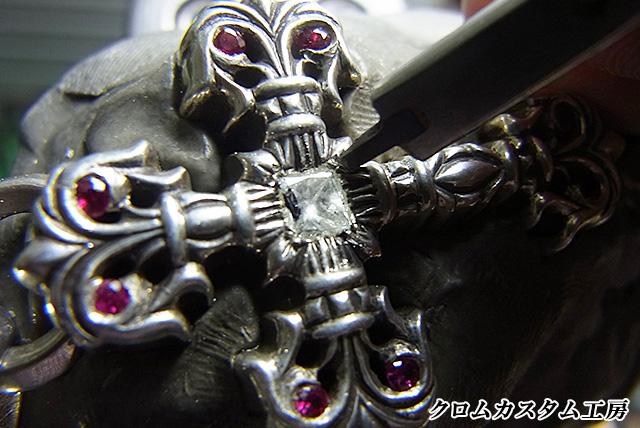 ダイヤを乗せて、タガネで彫って固定します。