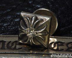 クロムハーツのピラミッドプラス スタッドピアスにダイヤモンドを1石カスタムしました。