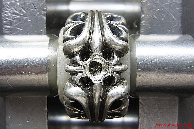ダイヤを同じ直径のドリルで削ります。
