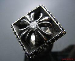Chrome Hearts クロムハーツ レターブロックCHプラスリング のセンターにダイヤモンド(正規品クラス)、周りにブラックダイヤモンドを パヴェセッティングしました。