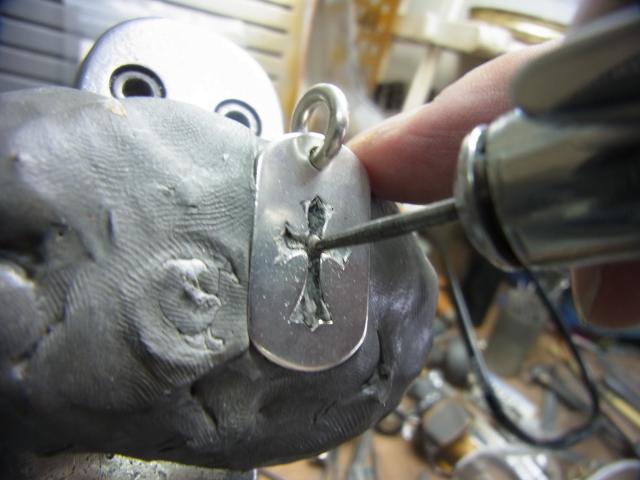 そろばん型のドリルで削ってダイヤが入るように加工します。