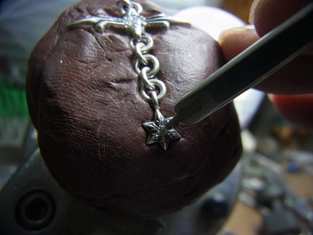 タガネでシルバーを彫って爪を作ります。