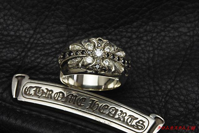 クロムハーツ、フローラルクロスリングにダイヤとブラックダイヤを 可能な限りカスタムしました。
