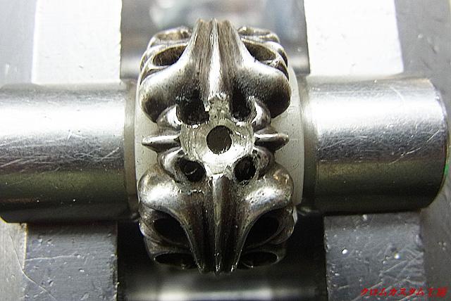 宝石と同じ直径のドリルで削ります。