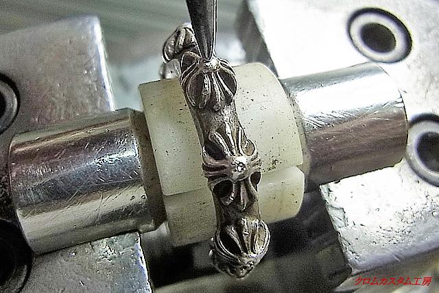 彫刻台に固定して、ポンチでシルシを付けます。