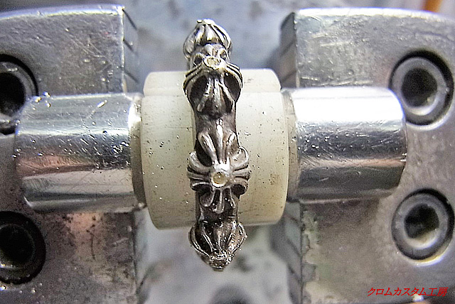 ダイヤよりも小さいドリルで、下穴を開けます。