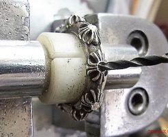 ダイヤと同じ直径のドリルで、石合わせをします。