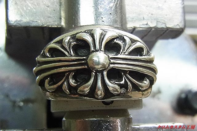 フローラルクロスリングを彫刻台に固定します。