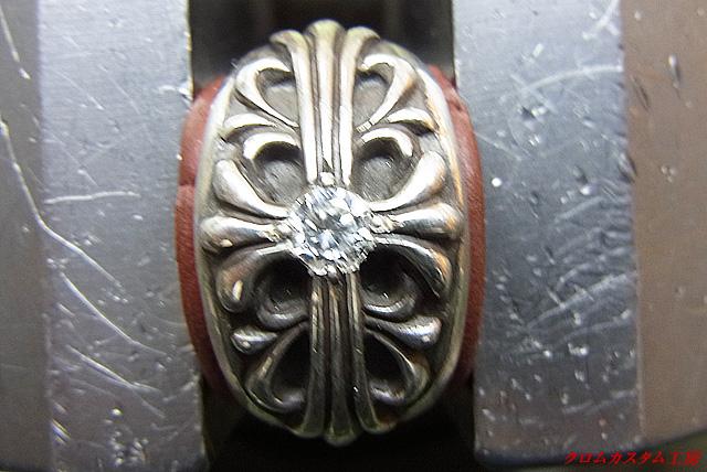 タガネで彫り起こして、ダイヤを固定します。