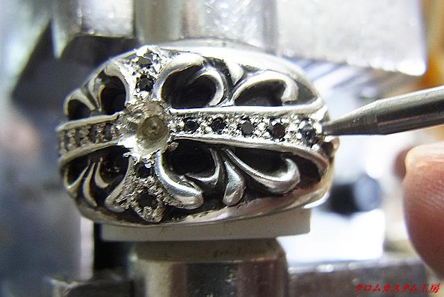 ブラックダイヤを乗せて、ナナコタガネで固定します。