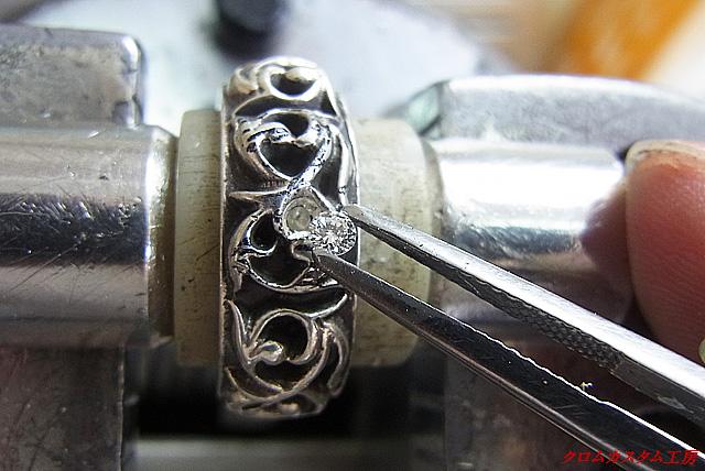 ダイヤをセット出来るようにリングを少し削って乗せます。