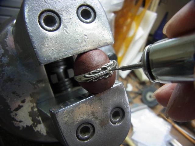 彫刻台に固定して、細目のドリルで下穴を開けます。