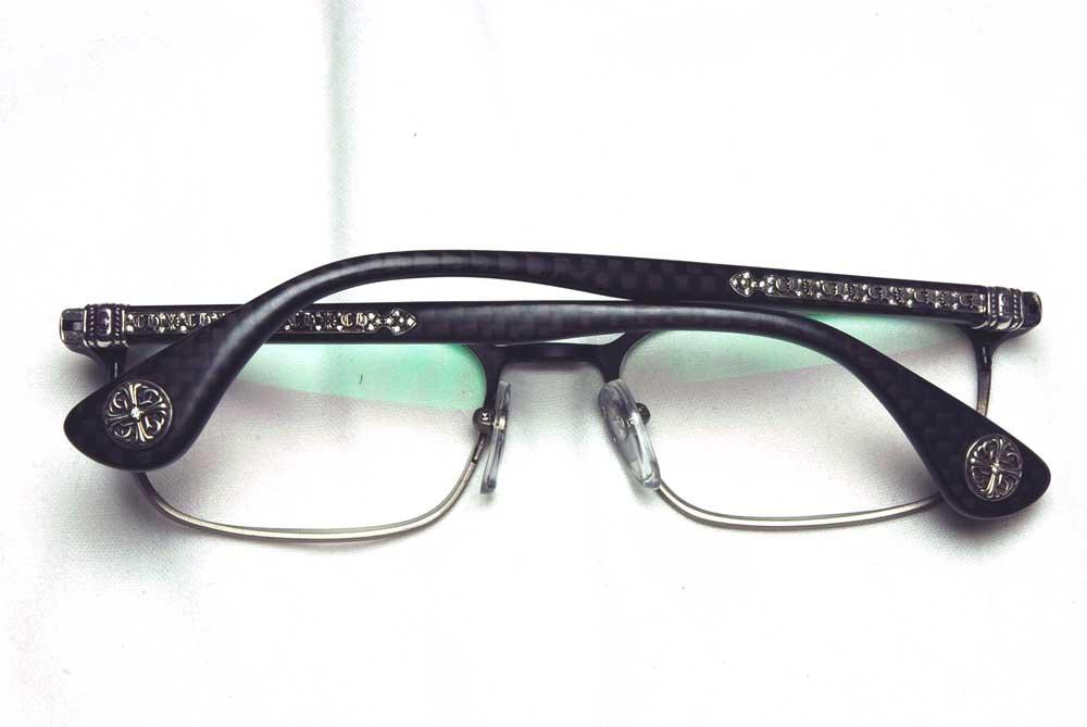 メガネに取り付けます。