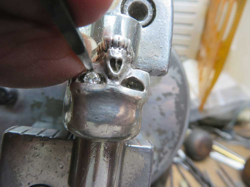タガネで叩いてダイヤを固定します。