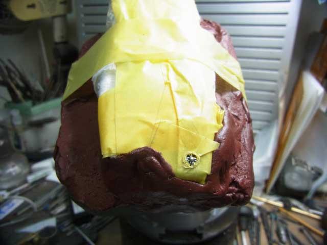 テープで保護して彫刻台に固定します。
